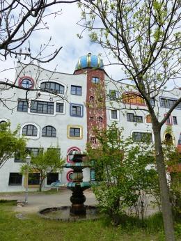 Hundertwasser Schule in Wittenberg Brunnen auf dem Schulhof